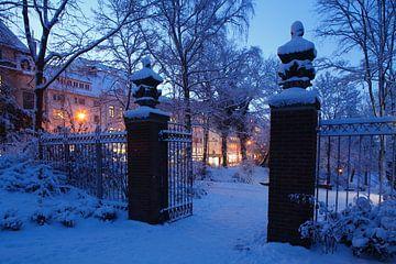 altes Tor im Park Wallanlagen im Winter mit Schnee bei Abenddaemmerung, Bremen, Deutschland    I Old