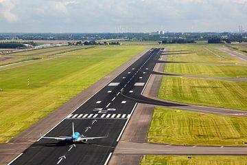 Le Boeing 737 de KLM sur la piste de l'aéroport d'Amsterdam Schiphol