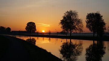 Sonnenaufgang an der Uferpromenade von Arjan Kooyman