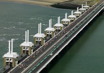 Les marathoniens de la côte passent le barrage anti-tempête de l'Escaut oriental sur Sky Pictures Fotografie