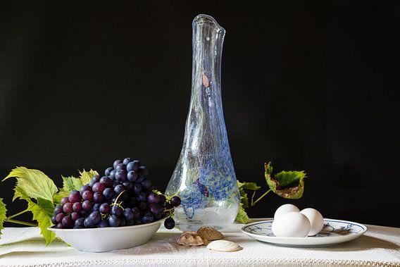 Stilleven met vaas, druiven en eieren.