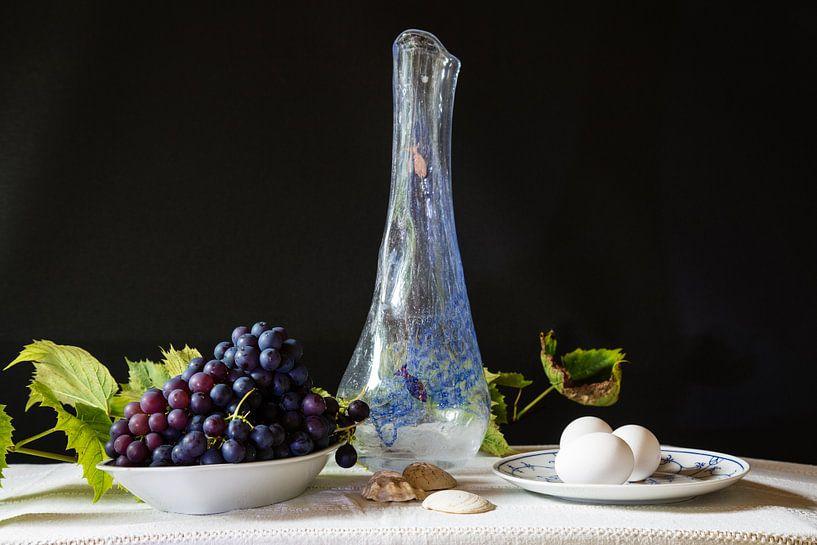 Stilleven met vaas, druiven en eieren. van Anneke Hooijer