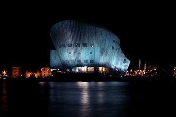 Nemo Gebouw in Amsterdam aan de haven bij nacht van Nisangha Masselink