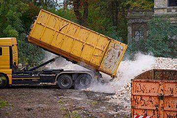 Lkw auf einer Baustelle, der einen Container mit steinen abkippt von Babetts Bildergalerie