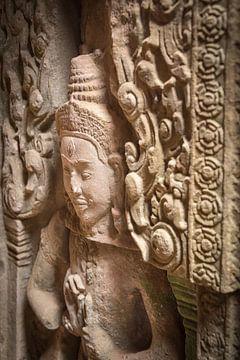 Detail van een deva bij de tempel, Cambodja van Rietje Bulthuis
