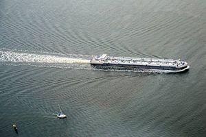 Vrachtschip in het water
