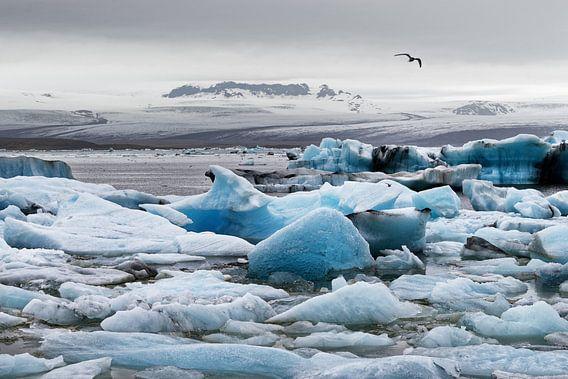 Eisformationen vor einem großen Gletscher in Island