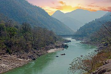 De heilige rivier de Ganges in India bij zonsondergang van