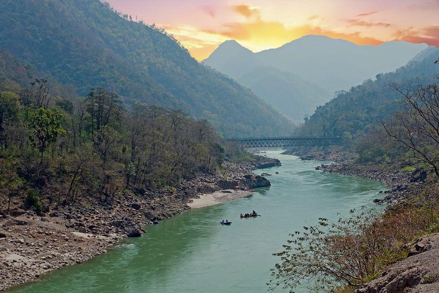 De heilige rivier de Ganges in India bij zonsondergang