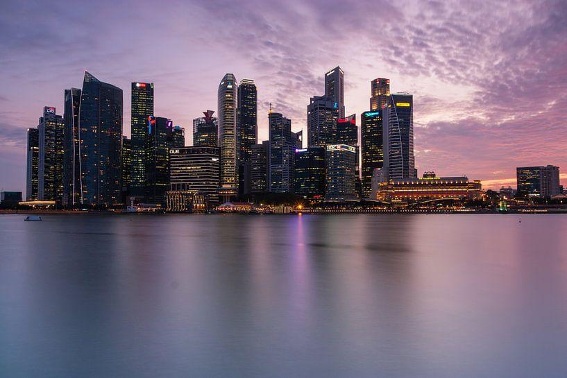 Singapore skyline after sunset van Ilya Korzelius