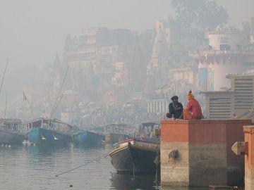 Heilig werkoverleg  aan de oever van de Ganges von mark schreuder