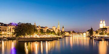 Oude stad met de Grossmünster in Zürich 's avonds van Werner Dieterich