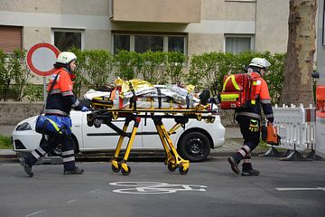 De reddingsdienst tijdens het transport van een patiënt van mz.einsatzfahrzeuge