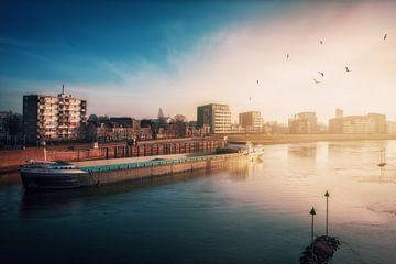 De rivier de IJssel in Deventer in de vroege morgen. van Bart Ros