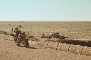 Motor meisje relaxen aan zee van Elfriede de Jonge Boeree