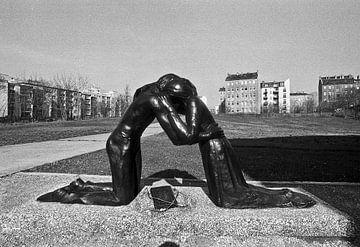 Reconciliation sculpture in East Berlin van Silva Wischeropp