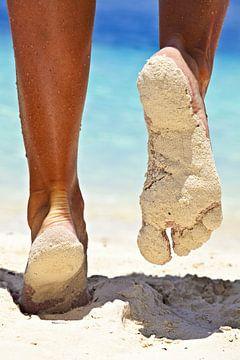 Voeten in het zand van Henny Hagenaars