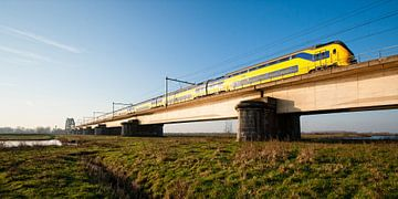 De trein in het Nederlandse landschap: De Kuilenburgse spoorbrug bij Culemborg van John Verbruggen