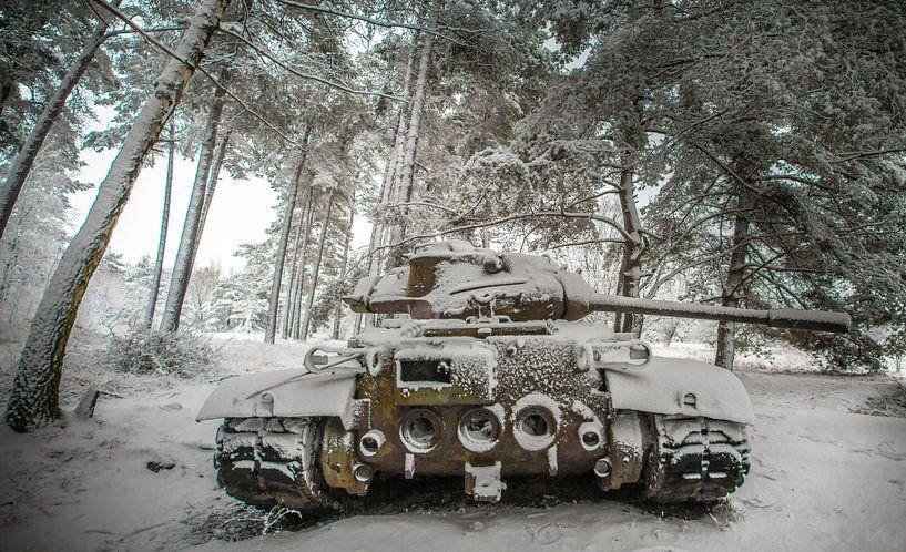 Tank in de sneeuw #2 van Olivier Van Cauwelaert