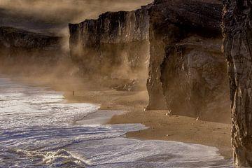 Prachtig zonsondergang op het strand  van IJsland van Sander Grefte