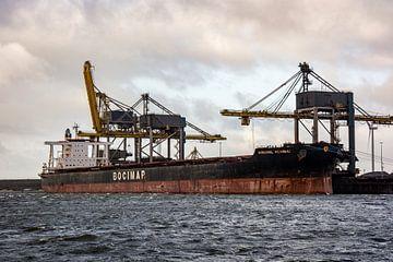 Schepen in de haven onder de hijskranen.. van scheepskijkerhavenfotografie