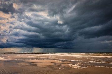 Zeezicht met opkomende storm boven de Noordzee van eric van der eijk