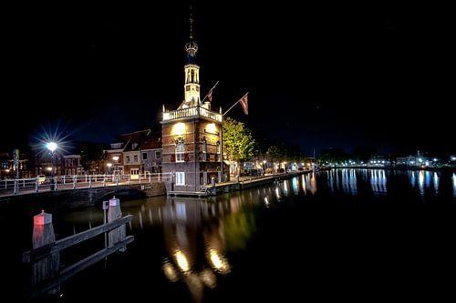 Oud havengebouw in de binnenstad van Alkmaar aan de binnen haven