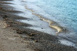 Kalme golven op het strand met zand en kiezels aan de Baltische Zee in Noord-Duitsland, copy-space,  van Maren Winter