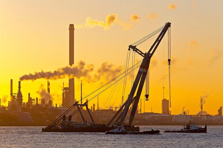 Drijvende kraan tijdens zonsopkomst