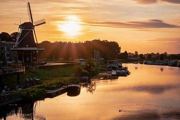 Zonsondergang boven rivier de Vecht in Ommen (met molen)