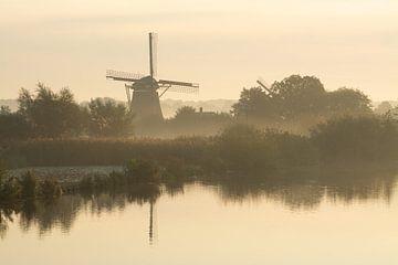Die Westbroeker Polderwindmühle an der De Vecht bei Oud Zuilen im goldenen Morgenlicht von Michel Geluk