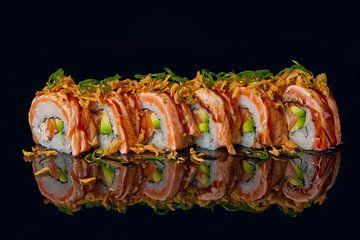 Sushi op een zwarte ondergrond met weerspiegeling van Henny Brouwers