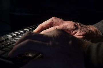 hand aan een toetsenbord van Marcel Derweduwen