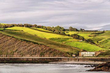 Zicht op de kustheuvels van Spaans Baskenland nabij Zumaiad sur Harrie Muis