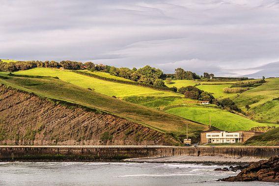 Zicht op de kustheuvels van Spaans Baskenland nabij Zumaiad van Harrie Muis
