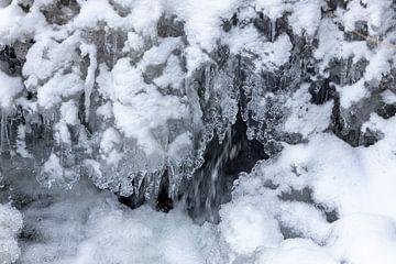 IJspegels, ijsformaties en sneeuw aan de Tiefenbach bij Bernkastel-Kues aan de Moezel van Reiner Conrad