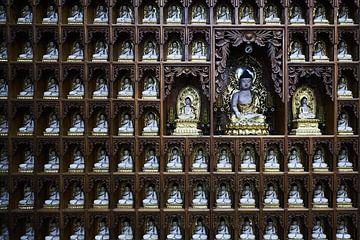 altaar met buddhas in vietnamese tempel van Karel Ham