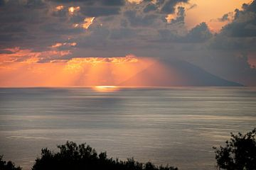 Zonnenstralen over Stromboli sur Maren Oude Essink