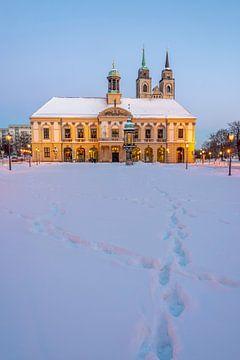 Duitsland, Saksen-Anhalt, Magdeburg, verlicht stadhuis in de winter, Alter Markt, Johanniskirche. van Stephan Schulz