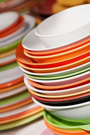Opgestapeld gerechten in wit, oranje en groen