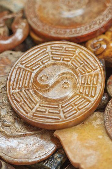 Glanzende steen met Chinese Yin-Yang teken carving