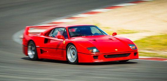 Ferrari F40 jaren '80 superauto op hoge snelheid op het circuit