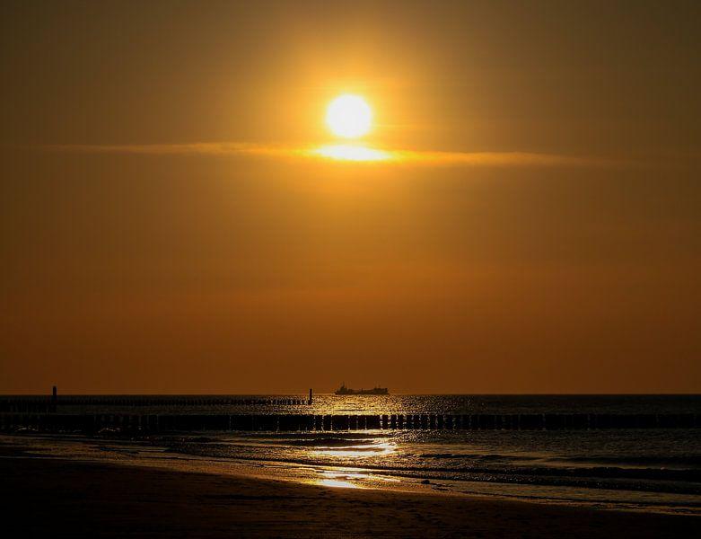 Schip onder de ondergaande zon van Fotografie Jeronimo