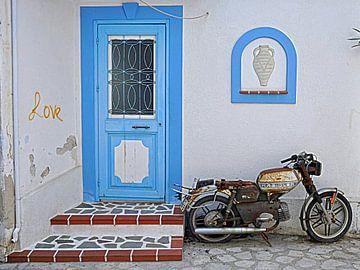 Grieks straatje met oude brommer Kalymnos van Miranda Lodder
