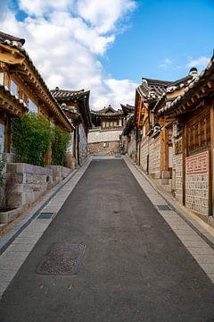Bukchon Hanok Village in Seoul van Mickéle Godderis