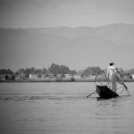 Visser in Myanmar op het Indiemeer met groot visnet op zijn houten boot.  von Francisca Snel (Cissees)