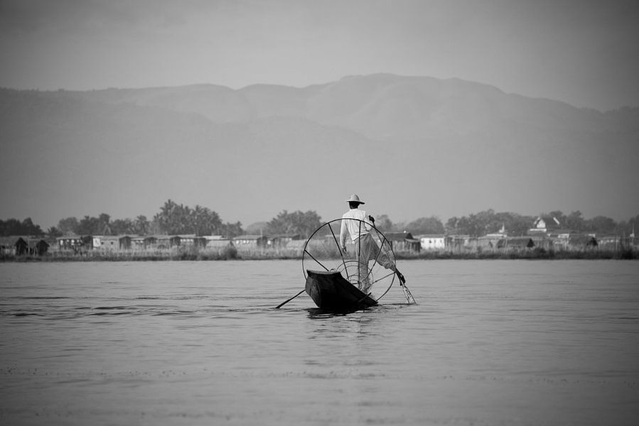 Visser in Myanmar op het Indiemeer met groot visnet op zijn houten boot.  van Francisca Snel (Cissees)