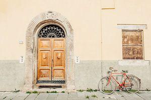 Deur en fiets in Italië