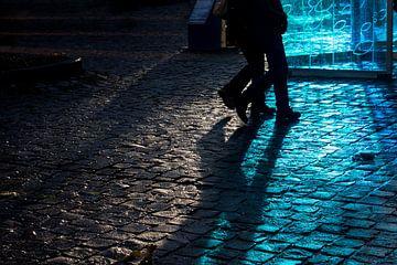 schimmenspel in blauw licht van Ronenvief