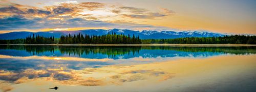 De zon gaat onder boven het Boya Lake, Canada